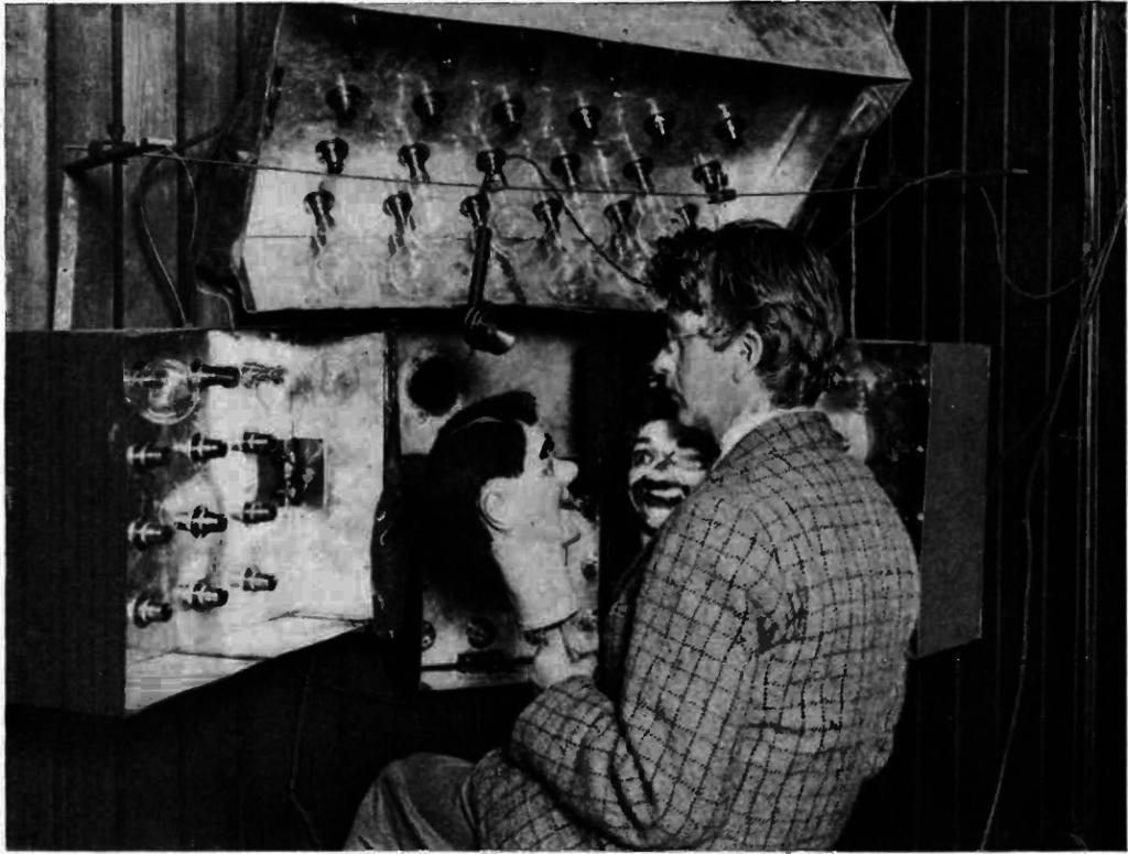filename-01-john-logie-baird-1926-pred-svojom-tv-opremom